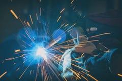 Elementos de acero de soldadura en la f?brica o el taller imagen de archivo libre de regalías