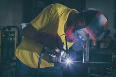Elementos de acero de soldadura en la f?brica o el taller fotos de archivo libres de regalías