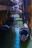 Elementos de la arquitectura de casas en las calles de los canales de la ciudad de Venecia fotos de archivo