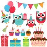Elementos de la fiesta de cumpleaños con los búhos Foto de archivo libre de regalías