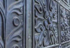 Elementos de la forja antigua en la puerta Imagen de archivo libre de regalías