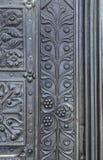 Elementos de la forja antigua en la puerta Fotos de archivo