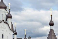 Elementos de la iglesia ortodoxa contra el cielo Fotografía de archivo libre de regalías