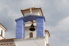 Elementos de la pequeña iglesia con una campana negra, Grecia Imágenes de archivo libres de regalías