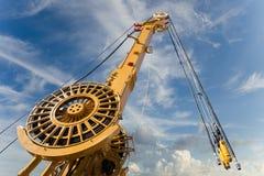 Elementos de la torre móvil grande de las grúas de construcción imagen de archivo