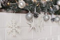 Elementos de las decoraciones y de los juguetes de la Navidad en la repisa 93 Fotografía de archivo libre de regalías