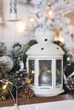 Elementos de las decoraciones y de los juguetes de la Navidad en la repisa 93 Imágenes de archivo libres de regalías