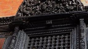 Elementos de madeira cinzelados na arquitetura tradicional nepalesa Decoração de construção local autêntica em Nepal vídeos de arquivo
