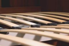 Elementos de madeira do close-up de uma base arthopedic de uma cama de casal Estrutura interior da mobília Fotos de Stock Royalty Free
