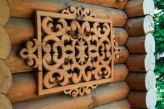 Elementos de madera tallados que adornan una casa rural Artes hechos a mano Imagen de archivo