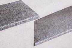 Elementos de una escalera de la ciudad de una piedra y de un granito grises Una escalera en la ciudad fotografía de archivo libre de regalías