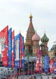 Elementos decorativos com os símbolos do campeonato do mundo na ponte Arquitetura da cidade festiva de Moscou Fotos de Stock Royalty Free