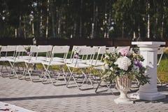 Elementos decorativos del jardín adornados con las flores 563 Fotos de archivo