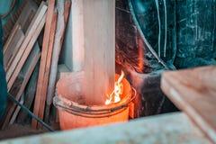Elementos del diseño de Eco Tablón de madera ardiendo en el cubo de agua imagen de archivo