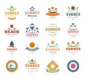 Elementos del diseño de las vacaciones de verano y sistema de la tipografía Etiquetas o insignias retras de las plantillas del vi stock de ilustración