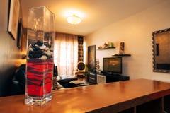 Elementos del diseño interior Florero en la tabla Imagen de archivo libre de regalías