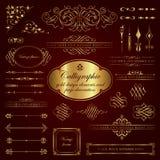 Elementos del diseño y decoración caligráficos de la página en oro Fotos de archivo libres de regalías