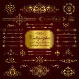 Elementos del diseño y decoración caligráficos de la página en oro Fotos de archivo