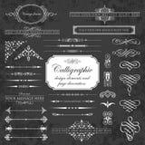 Elementos del diseño y decoración caligráficos de la página en un fondo de la pizarra Fotografía de archivo libre de regalías