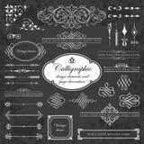 Elementos del diseño y decoración caligráficos de la página en un fondo de la pizarra Imágenes de archivo libres de regalías