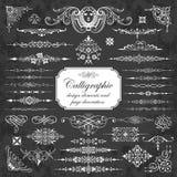 Elementos del diseño y decoración caligráficos de la página en un fondo de la pizarra Foto de archivo libre de regalías
