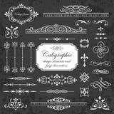 Elementos del diseño y decoración caligráficos de la página en un fondo de la pizarra Imagen de archivo