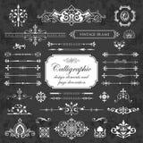 Elementos del diseño y decoración caligráficos de la página en un fondo de la pizarra Fotografía de archivo