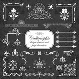 Elementos del diseño y decoración caligráficos de la página en un fondo de la pizarra Imagenes de archivo