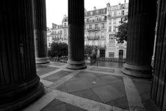 Elementos del interior en una iglesia urbana en París Fotos de archivo