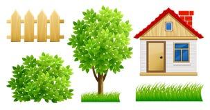 Elementos del jardín verde con la casa y la cerca Foto de archivo
