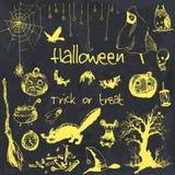 Elementos dibujados mano del partido de Halloween del garabato Objetos amarillos, fondo negro de la acuarela Ejemplo del diseño p Foto de archivo libre de regalías