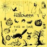 Elementos dibujados mano del partido de Halloween del garabato Objetos negros, fondo amarillo de la acuarela Ejemplo del diseño p Fotos de archivo libres de regalías