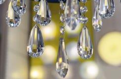 Elementos do candelabro de cristal no interior da loja imagem de stock