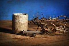 Elementos do comunhão com vinho, coroa de espinhos e pregos Fotografia de Stock Royalty Free