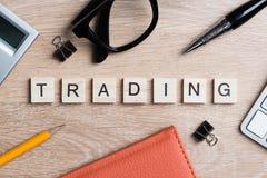 Elementos do jogo com as letras que soletram palavras-chaves do negócio no local de trabalho Foto de Stock Royalty Free