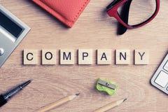 Elementos do jogo com as letras que soletram palavras-chaves do negócio no trabalho Fotos de Stock Royalty Free