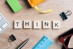 Elementos do jogo na sessão de reflexão da soletração da tabela e na ideia de madeira do pensamento criativo Imagem de Stock Royalty Free