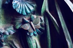 Elementos dos insetos, flores, pássaros dos mamíferos na porta velha da entrada ao templo da família santamente Fotos de Stock