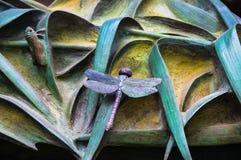 Elementos dos insetos, flores, pássaros dos mamíferos na porta velha da entrada ao templo da família santamente Fotografia de Stock Royalty Free