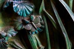 Elementos dos insetos, flores, pássaros dos mamíferos na porta velha da entrada ao templo da família santamente Imagens de Stock Royalty Free
