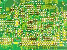 Elementos electrónicos en una tarjeta de circuitos Imagen de archivo libre de regalías
