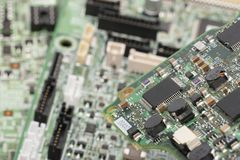 Elementos eletrônicos instalados no conceito da placa de reparar laptop imagens de stock royalty free