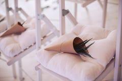 Elementos florales decorativos para las huéspedes en la boda Fotografía de archivo libre de regalías