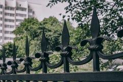 Elementos forjados da cerca Proteção de uma propriedade privada foto de stock