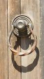 Elementos góticos del hierro labrado en la puerta de madera del tablón Imagen de archivo libre de regalías