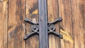 Elementos góticos do ferro forjado na porta de madeira da prancha Fotografia de Stock