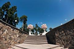 Elementos hermosos de la decoración del diseño de la ceremonia de boda con la composición de las flores frescas, el diseño floral Imágenes de archivo libres de regalías