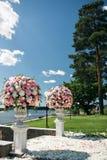 Elementos hermosos de la decoración del diseño de la ceremonia de boda con la composición de las flores frescas, el diseño floral Imagen de archivo