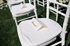 Elementos hermosos de la decoración del diseño de la ceremonia de boda con la composición de las flores frescas, el diseño floral Fotografía de archivo