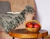 Elementos interiores - silla, manta, mesa de centro Foto de archivo